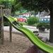 Spielplatz an der Schifflände Flüelen. Im Hintergrund IR 2174 Locarno - Basel
