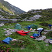 Am nächsten Morgen: Die zwei grünen Zelte im Vordergrund mit je zwei Schweizern, das weisse im Hintergrund (auf der Klippe) von zwei Ostdeutschen. Alle sind am Aufwärmen, Filtern, Frühstücken, Einpacken, Trocknen.