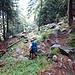 Abstieg über feuchte Felsen auf engen Zickzackwegen