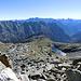 rechts der Lago della Froda, in der Mitte der einfache Anstiegsrücken, oben bereits das Geröll des Gipfelbereiches