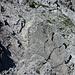 Ja, da führt der Wanderweg vom Gamsgrat nach Sareis durch. Oben mittig ist auch eine gelbe Markierung erkennbar.