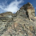 Der Turm unterhalb von P 3386 m den man links im Fels-Couloir umgeht.