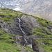 An diesem schönen Wasserfall kommt man vorbei, er liegt  zwischen Blacki und Bristenhütte.