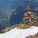 Das spezielle Gipfelkreuz des Bristen und das Reusstal.