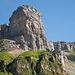 Märcher Stöckli vom Klausenpass aus. Hier ist das zu traversierende Felsband gut zu erkennen.