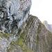 Die ausgesetzte Schlüsselstelle. Sie wird entlang der Felswand überwunden.