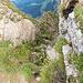 So sieht der Einstieg von oben in den alten Tomliweg aus. Kleine weisse Punkte geben zu erkennen, dass da ein Weg sein könnte...