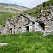 Alpe Lignasc, 1985 m, im Val d'Agro - gut erhaltene Ställe. Die Bocchetta di Rierna am tiefsten Punkt am Horizont.