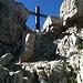 Das Kreuz taucht recht unvermittelt vor einem auf.