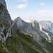 Bei der Felswand angelangt. Das Tomlishorn befindet sich etwas links von der Bildmitte.