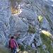 Un cavo permette di abbassarsi in sicurezza sul versante Vale di Blenio.