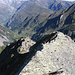 Sulla cresta si notano alcuni degli infissi metallici che aiutano la progressione.