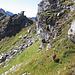 Dopo aver salito il torrione sulla destra ed esseci affacciati sul vuoto ridiscendiamo per attraversare sui prati del versante Val Carassino.