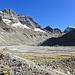 Hier mäandriert das Gletschwasser noch ungehindert, bevor es gleich wieder in dunkle Kanäle verschwindet. Les Bouquetins zur linken und Mont Brulé zuhinterst.
