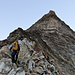 Kurz nach dem Col de Tsa de Tsan beginnt die Kletterei. Noch ist es kalt und die Felsen teilweise von einer rutschigen Reifschicht überzogen. Die Routenfindung erschliesst sich einem erst allmählich.