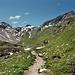 komfortabler Wanderweg am Fuß des Schwarzchopf