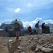 Escursionisti arrivano al Pic du Midi, dietro di loro edifici dell'osservatorio astronomico