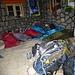 der Essraum wird schnell zum Schlafraum umfunktioniert (man beachte das Mountainbike in der Ecke, welches ein Teilnehmer anderntags raufschleppte - allerdings nicht bis zum Gipfel ...)