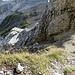 Blick hinunter vom Chaisertor. Um die Felsecke herum sieht man dann den Kletteraufstieg zum Gipfel.