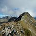 Vom felsigen Gratkopf lässt sich der Weiterweg zum Riedkopf gut einsehen. Den felsigen Gipfelaufbau des Riedkopfs umgeht man in einem Linksbogen.