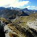 Im Abstieg vom Vorgipfel mit Blick auf den weiteren Weg über den Grat hinunter zum St. Antönier Joch.