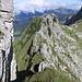 Der exponierte Nordostgrat ist erreicht - auf dem Abstieg werden wir später nach Traversierung der ersten beiden Schichtköpfe über die steile Grasflanke in der linken Bildhälfte absteigen