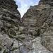 Die ersten Meter in der Rinne sind praktisch geröllfrei auf abgeschliffenem Fels, I-II