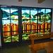 ... mit farbintensiven Eingangs-Glasmalereien