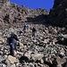 """Naja, irgendwann muss man ja auch wieder absteigen. Die Schuttrinne zum """"An Dorus"""" lag jetzt in der prallen Nachmittagssonne, was einige Bergsteiger nicht davon abhielt, hier so spaet aufzusteigen. Fuer mich war das hingegen kein Problem: Wie so oft bei solchen Schutthaufen, geht der Abstieg recht zuegig und problemlos. Nur sollte man darauf achten, keine Steine loszutreten (oder von oben getroffen zu werden)!"""