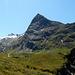 Kurz unterhalb der Schönwieshütte - überragt der steile Felszacken des Hangerer alle umgebenden Gipfel in der Höhe.<br />(Wenn man am Gipfel steht, ist's genau [http://www.hikr.org/gallery/photo1269579.html?post_id=70222#1 umgekehrt])