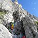 Der gut mit Fixseilen gesicherte Felsriegel im Zustieg, frei geklettert eine gute III.