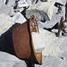 Alter Zementkessel, der höchstwahrscheinlich zum Einzementieren der Verankerung des Gipfelkreuzes verwendet wurde. Einfach einen Stein rein und liegengelassen.