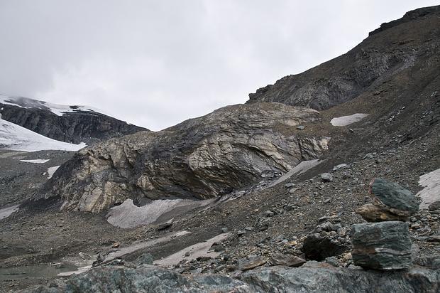 An dieser Stelle (ca. 2700m) umging ich den Felsriegel rechts durch steilen sehr losen Schotter. Mein Ziel war es, den Sardonapass möglichst ohne Gletscherkontakt zu erreichen