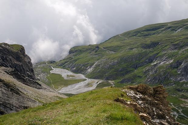 Tiefblick auf Plaun Segnas Sut mit der Segneshütte am südlichen Ende