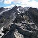 Dalla cima principale del Torrone di Nav, come si vede, la Punta di Val Scaradra è quasi interamente coperta. Per il resto, invece, la visuale spazia fino all'Adula