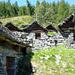 Aufstieg zum Catt da Ribia - die gut erhaltenen Gebäude der Alpe Cropia,  1553 m