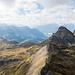 Ausblick vom Gipfel in Richtung Fulen und Rossstock. Ebenfalls zu erkennen ist der Einschnitt beim Linderner Planggeli.