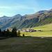 Nach der Melager Alm folgt man dem Fahrweg über die Bergwiesen zu den Häusern von Melag.