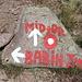 Unterwegs zwischen Babin zub und Midžor - Den größten Teil unseres Weges zum höchsten Berg Serbiens folgen wir Fahrspuren. Hin und wieder gibt es auch Markierungen und Wegweiser, so wie hier auf etwa 1.550 m an der Einmündung der Piste aus Topli Do.