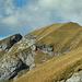 Bereits im Abstieg zum Hochbergsattel mit Blick zum westlichen Vorgipfel. Das Steiglein in dessen Südflanke lässt sich von hier noch gut erkennen.