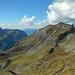 Blick hinab zur Lagazun Alpe und zum Höhenweg Richtung Biberacher Hütte.