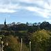 Blick vom Schlossgarten hinauf zum Castle (rechts). Wer eine Bleibe in den Residenzen auf der linken Seite erlangen möchte, sollte den einen oder anderen Taler in der Tasche haben!