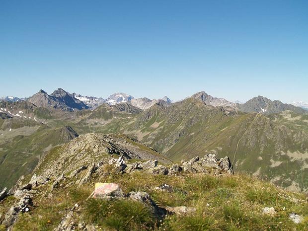 """Blick vom etwas höheren """"Vorgipfel"""" zum Brunhorn. Hinten der Piz Ela (breit), Tinzenhorn (spitzig), Älplihorn (etwas näher), Leidbachhorn (rechts)"""