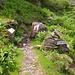 Hier zweigt der Weg zu Dossenhütte ab. Im Hintergrund sieht man den Felsen mit der Gedenktafel.