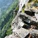 Aufstieg zur Alpe di Nassa: Al Scrann - Treppe über dem Abgrund