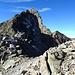 Noch ein paar Meter und die Kletterei geht los! Ein besseres Bild des Ostgrates mit den Aufschwüngen gibts [http://www.skitouren.ch/data/images/max/20140802-213352-z706.jpg hier]