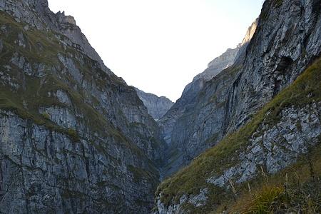 Blick aus dem Birchgang in die Limmernschlucht zum Staudamm.