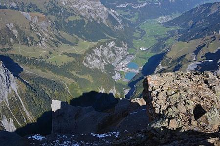 Tiefblick vom Gipfel.