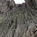Sieht interessant aus und ist auch interessant zum Klettern. Aber dies ist nicht der richtige Weg. Der korrekte Weg führt zu Fuss links um die Felsen in einen kleinen Sattel.
