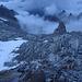 Rückblick auf die Aufstiegsroute bis zum Gletscher. Die Route führt zwischen Schneefeld und Spitz (P2822) durch